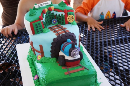 thomas the train kids birthday party cake
